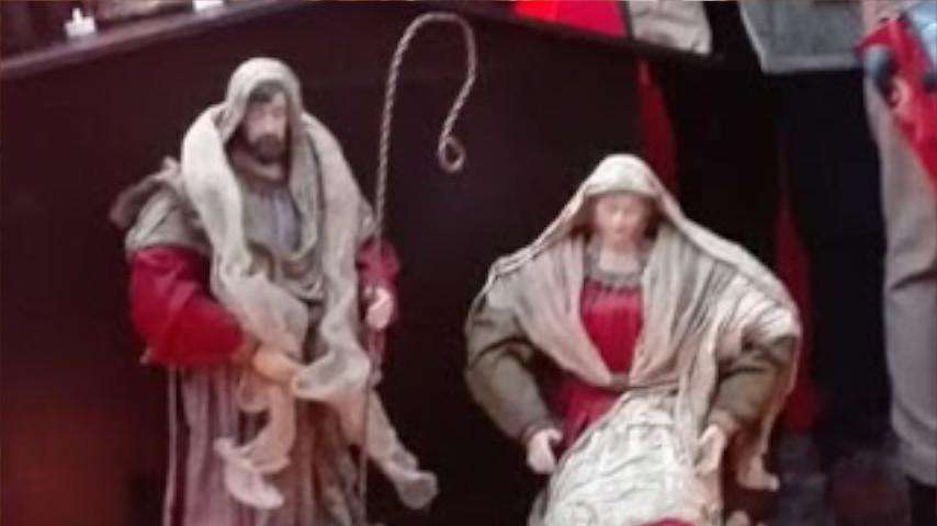 VÍDEO: 300 personas acuden a la cantada de villancicos en Sant Jaume para protestar por el 'pesebre' de Colau.