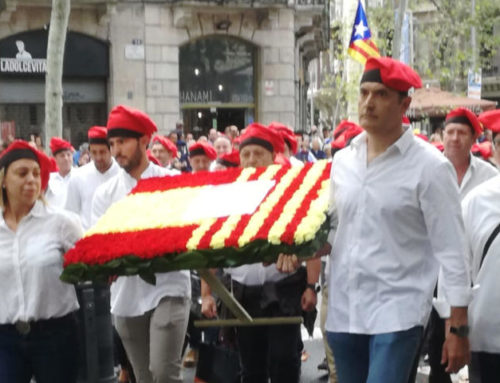 Patriotas españoles en el monumento de Rafael De Casanova