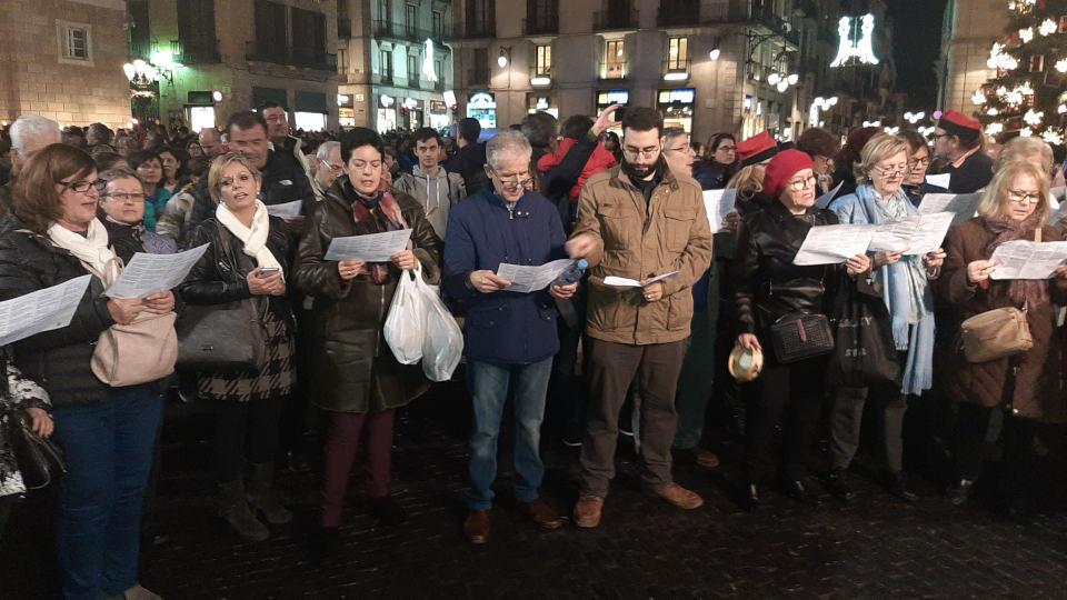 gente cantando navidad